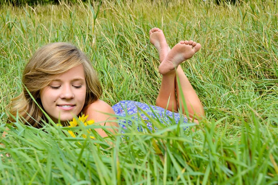 bosá dívka v trávě
