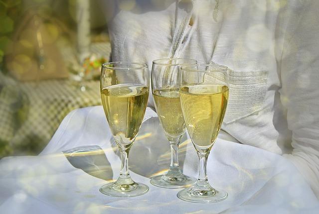 skleničky na šampaňské na tácu.jpg