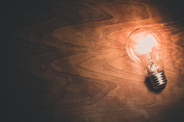 žárovka na dřevě