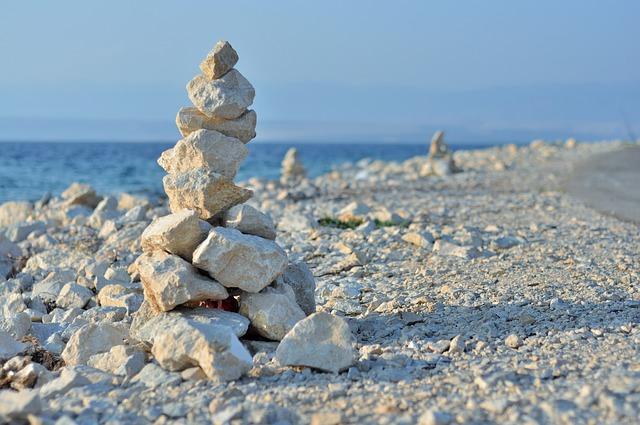 hromady kamenů