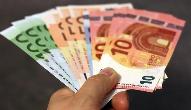 vějíř bankovek v ruce.jpg